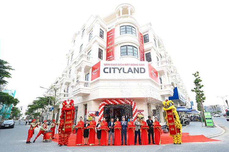 Ban lãnh đạo CityLand cắt băng khánh thành, khai trương sàn giao dịch mới