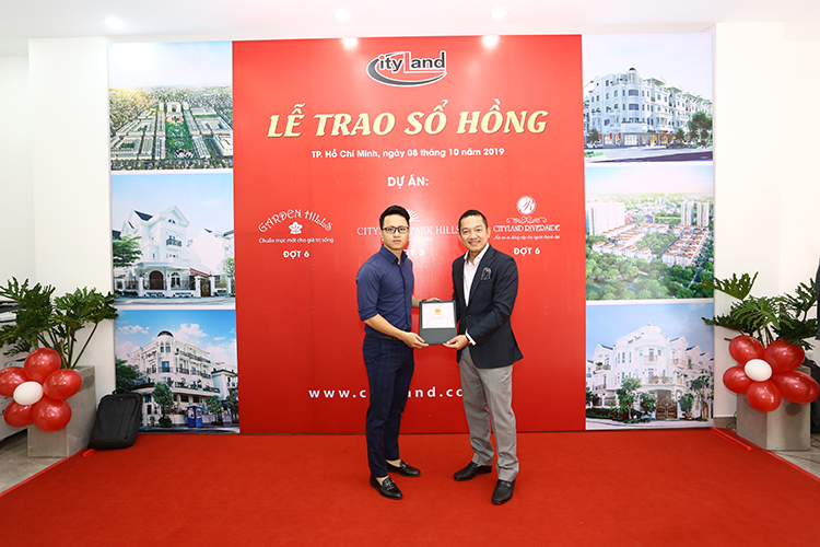 Ông Nguyễn Hoài Nam, Phó Tổng giám đốc Công ty TNHH Đầu tư Địa Ốc Thành Phố (CityLand) đại diện chủ đầu tư trao chứng nhận quyền sở hữu nhà ở cho các khách hàng.