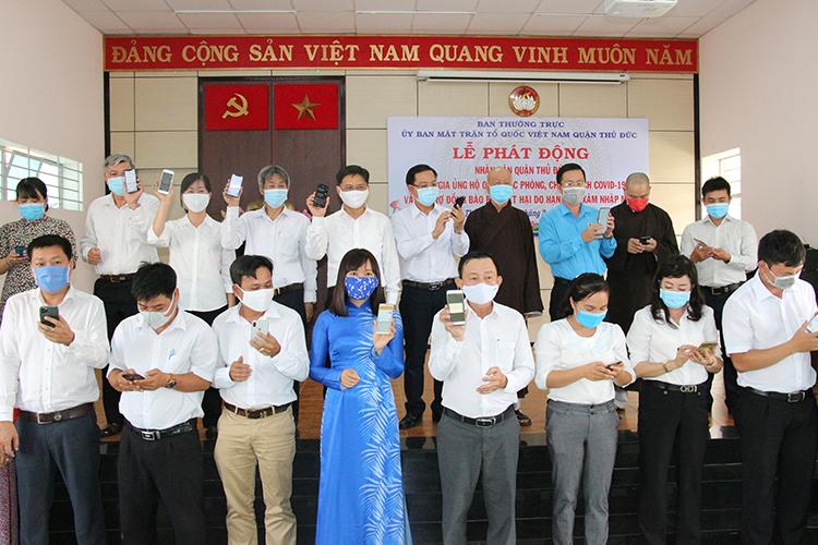 Các đại biểu tham gia nhắn tin ủng hộ phòng chống dịch Covid-19.