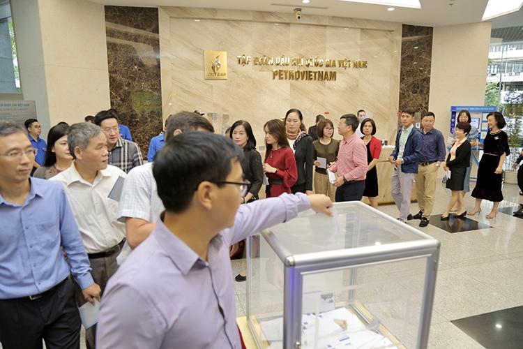 Cán bộ, người lao động cơ quan Tập đoàn Dầu khí Việt Nam quyên góp ủng hộ đồng bào miền Trung