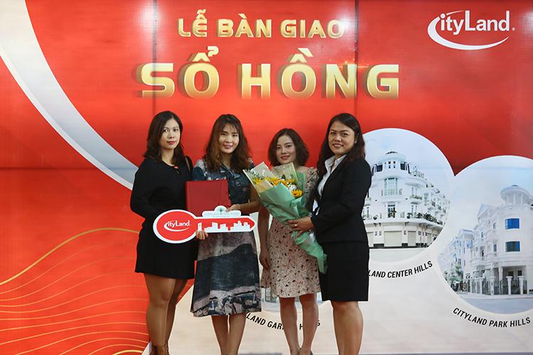 Đại diện công ty CityLand trao sổ hồng cho khách hàng