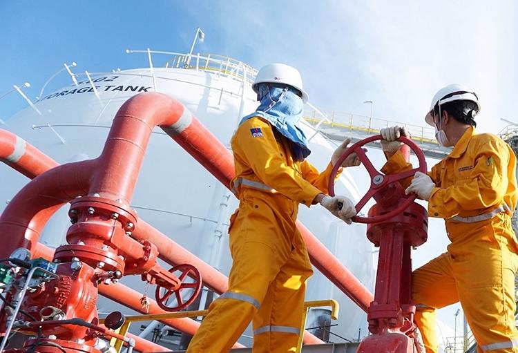 Công nhân dầu khí vận hành máy móc