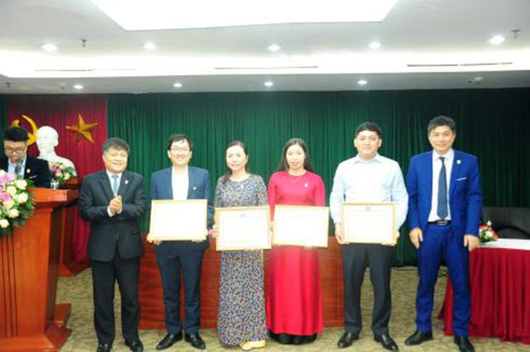 Lãnh đạo PVN và VPI trao giấy khen cho các tập thể có thành tích xuất sắc.