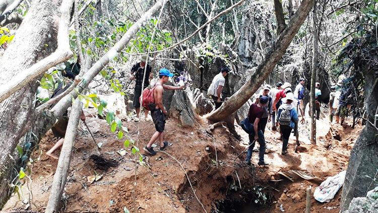 Mặc nguy hiểm vất vả, rất đông người dân vẫn tập trung lên núi tìm vận may đổi đời. Ảnh: Đ.T