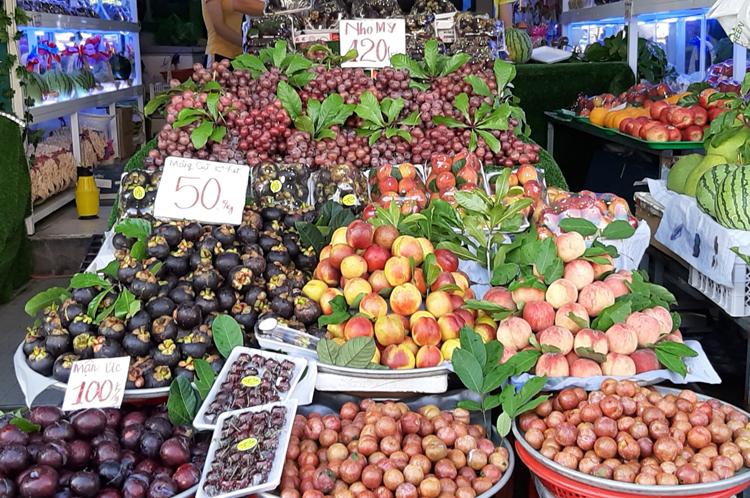 Trái cây ghi nhãn mác Mỹ, úc, Việt Nam bán tại khu vực chợ ở quận Bình Thạnh.