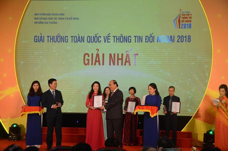 Thủ tướng Nguyễn Xuân Phúc trao giải Nhất cho nhóm tác giả VOV5.