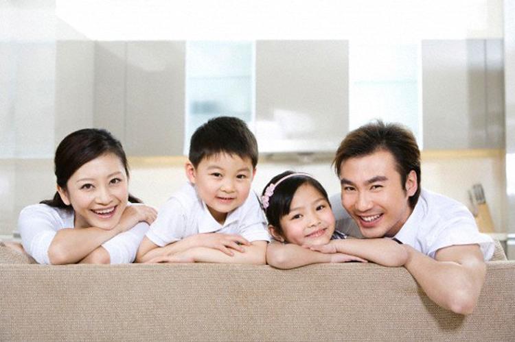 Gia đình hạnh phúc khi trẻ sinh ra được chăm sóc đầy đủ.      Ảnh minh họa