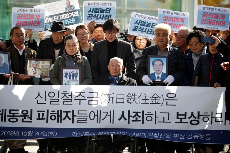 Ông Lee Choon-shik - một nạn nhân lao động cưỡng bức thời chiến cùng với những người ủng hộ ông tại Seoul, Hàn Quốc ngày 30/10/2018. Ảnh: Reuters