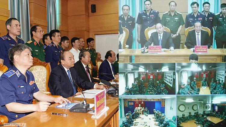Thủ tướng trao đổi trực tuyến với cán bộ, chiến sĩ đang làm việc trên biển qua hệ thống vệ tinh.