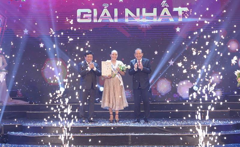 Phó Thủ tướng Trương Hòa Bình và Tổng Giám đốc Đài TNVN Nguyễn Thế Kỷ trao Cúp, bằng chứng nhận và tặng hoa cho thí sinh giải Nhất Rosario Ninih Chamini Bianis đến từ Malaysia.