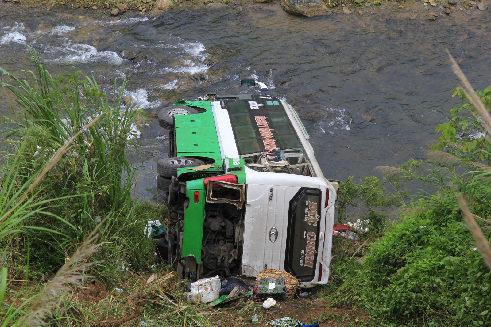 Xe khách lao xuống vực lật nằm sát mép sông Pô Cô. Ảnh: Khoa Điềm