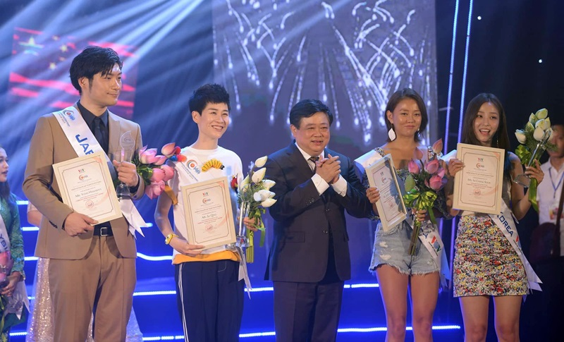 Tổng Giám đốc VOV Nguyễn Thế Kỷ trao bằng khen cho các nghệ sĩ khách mời
