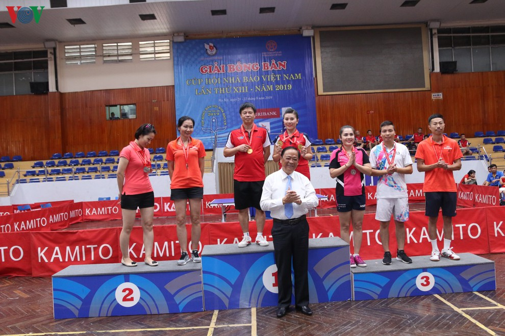 2 vận động viên của Liên chi hội Nhà báo Đài Tiếng nói Việt Nam nhận giải Đồng đôi nam nữ dưới 45 tuổi.