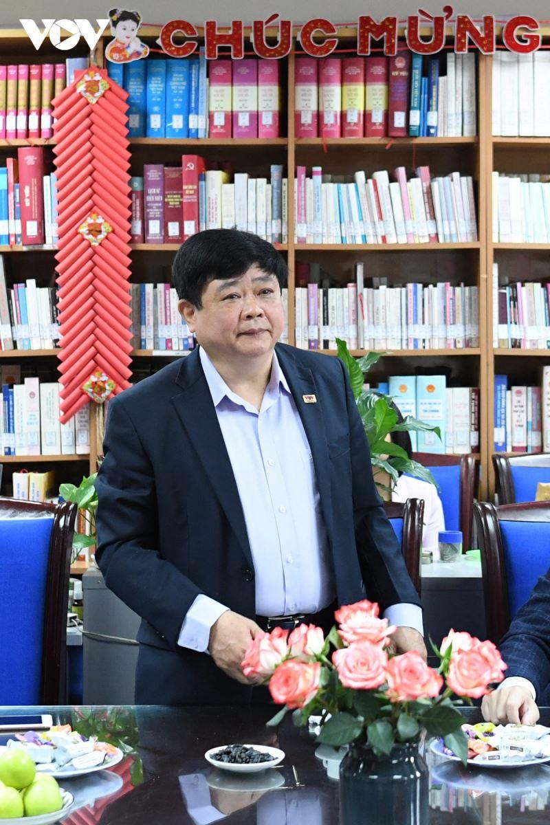 PGS.TS Nguyễn Thế Kỷ chia sẻ tại buổi trao tặng sách