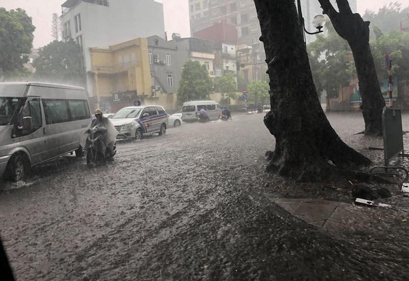 Nhiều tuyến phố khác trong nội thành cũng bị ngập sâu trong nước. Phương tiện tham gia giao thông đi lại khó khăn trong mưa.