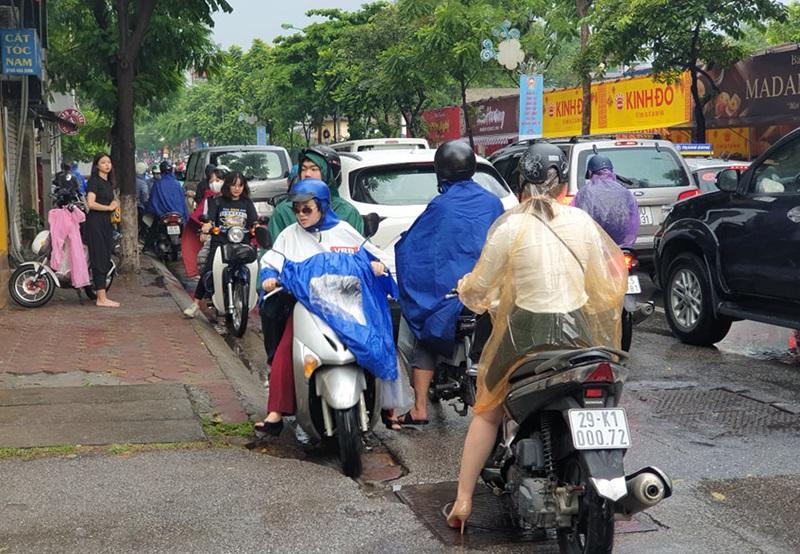 Nhiều người chọn phương án quay đầu tìm đường khác đi khiến giao thông trở nên hỗ loạn.
