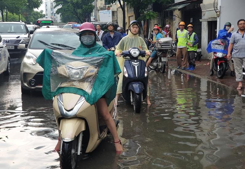 Giao thông rối loạn do đường bị ngập nước.
