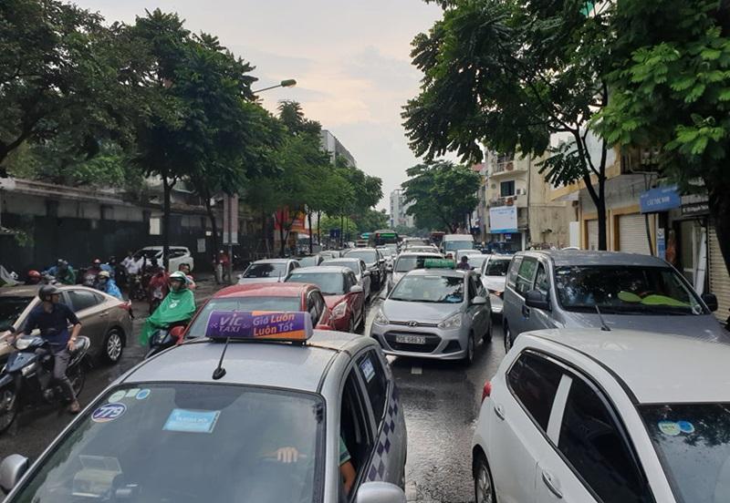 Các phương tiện do không đi được ở đường Nguyễn Thái Học đã đổ về phía đường Sơn Tây.