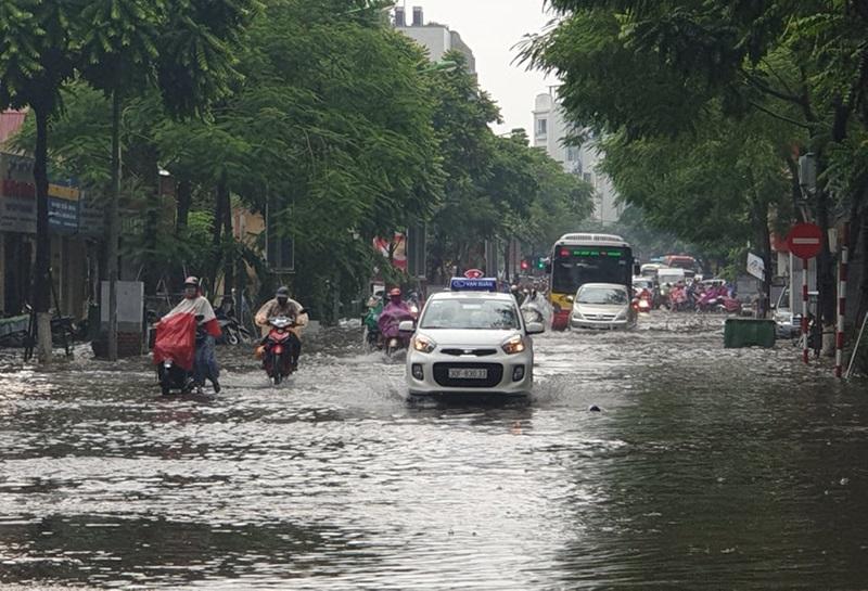 Trận mưa lớn từ giữa trưa 25/7 khiến nhiều tuyến phố ở Hà Nội ngập sâu, gây ùn tắc giao thông.