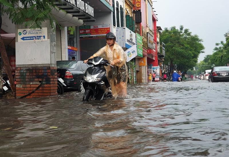Chỉ sau khoảng 30 phút mưa lớn, nhiều tuyến phố ngập hơn 50cm khiến một số phương tiện chết máy. Các tuyến phố khác như Nguyễn Khuyến (Đống Đa), Lý Thường Kiệt (Hoàn Kiếm) ngập sâu từ 30 đến 40cm.