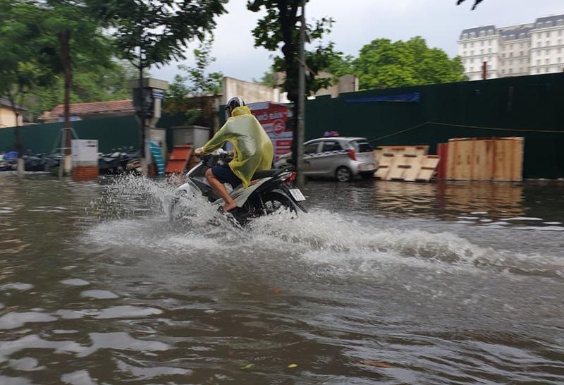 Phương tiện giao thông không thể di chuyển do ngập sâu.
