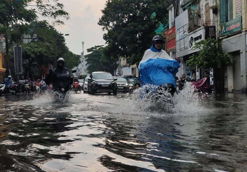 Đoạn đường Nguyễn Thái Học tắc cứng do ngập nước.