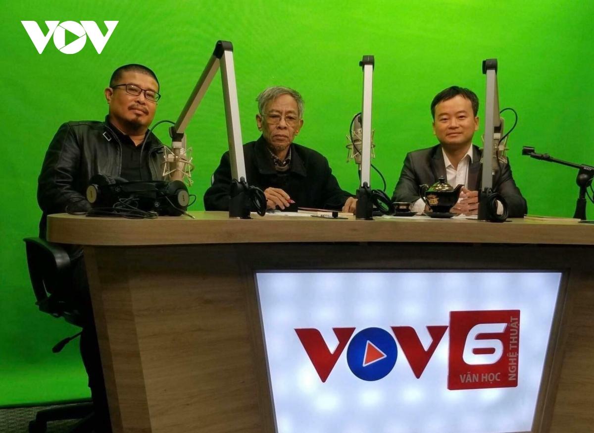Nhà thơ Hoàng Nhuận Cầm trong studio của VOV6 (Ảnh: VOV6)