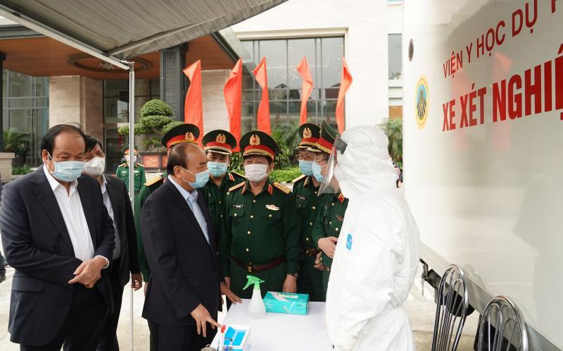 Thủ tướng đến Cục Quân y để làm việc trực tuyến với 50 điểm cầu chống dịch trong toàn quân