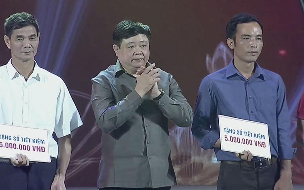 Tổng Giám đốc VOV Nguyễn Thế Kỷ tặng quà cho các thương binh, gia đình liệt sĩ.