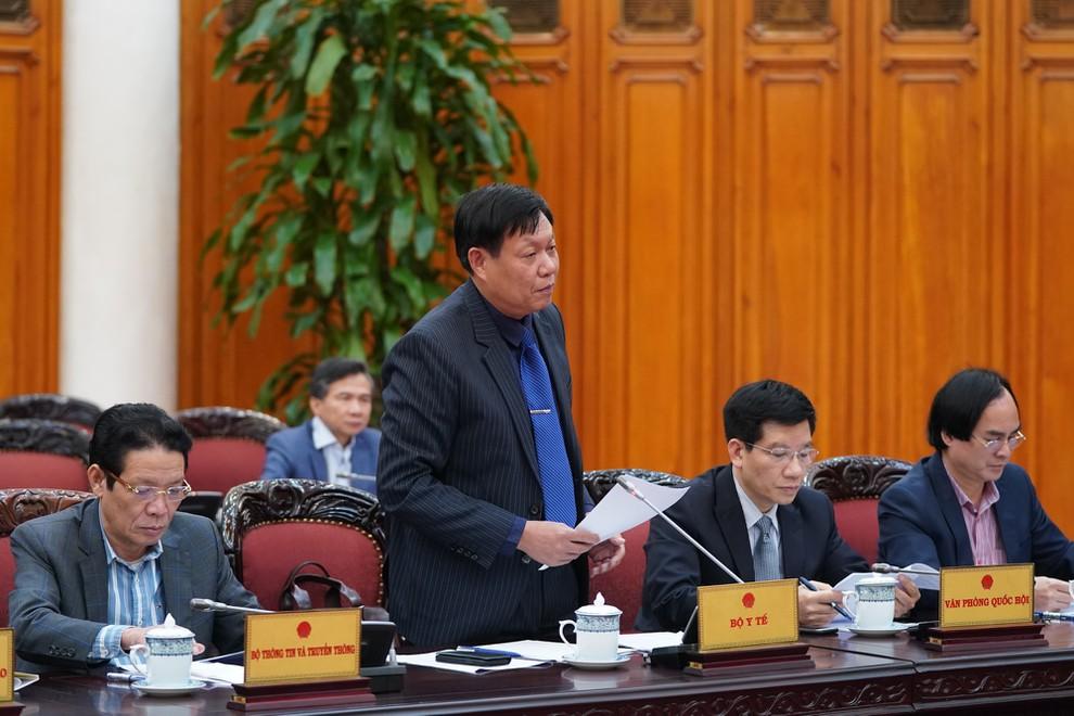 Thứ trưởng Bộ Y tế Đỗ Xuân Tuyên báo cáo cập nhật về tình hình dịch nCoV trên thế giới và tại Việt Nam. Ảnh: VGP