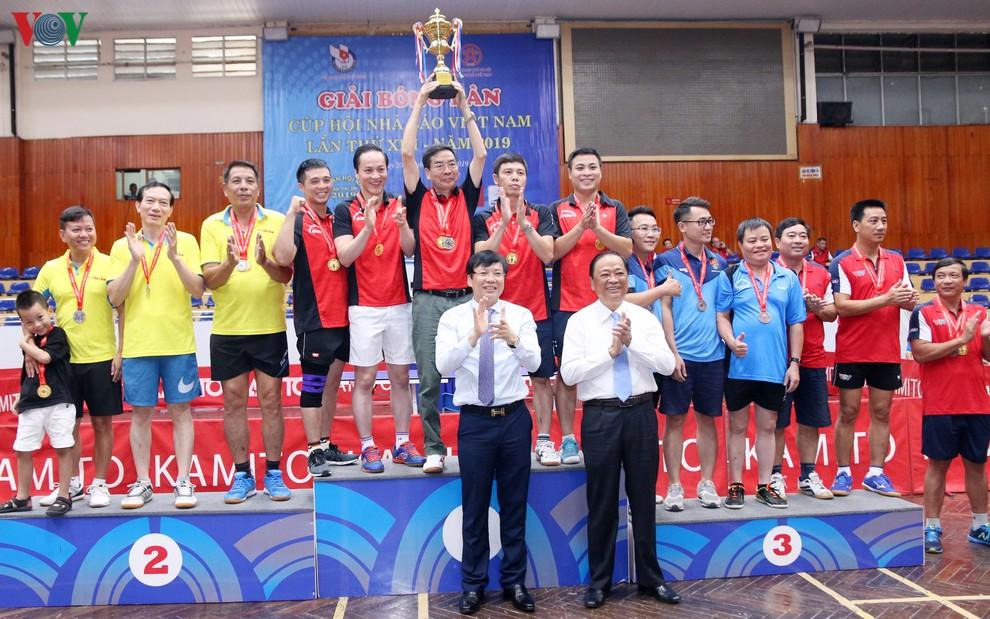 BTC chức trao giải Đồng đội nam.