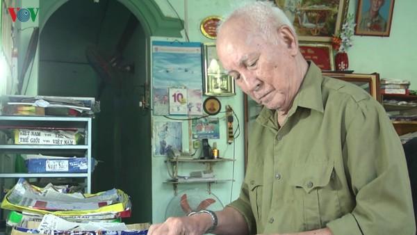 Ông Huỳnh Hữu Lễ bên góc bàn sưu tầm báo quen thuộc của mình