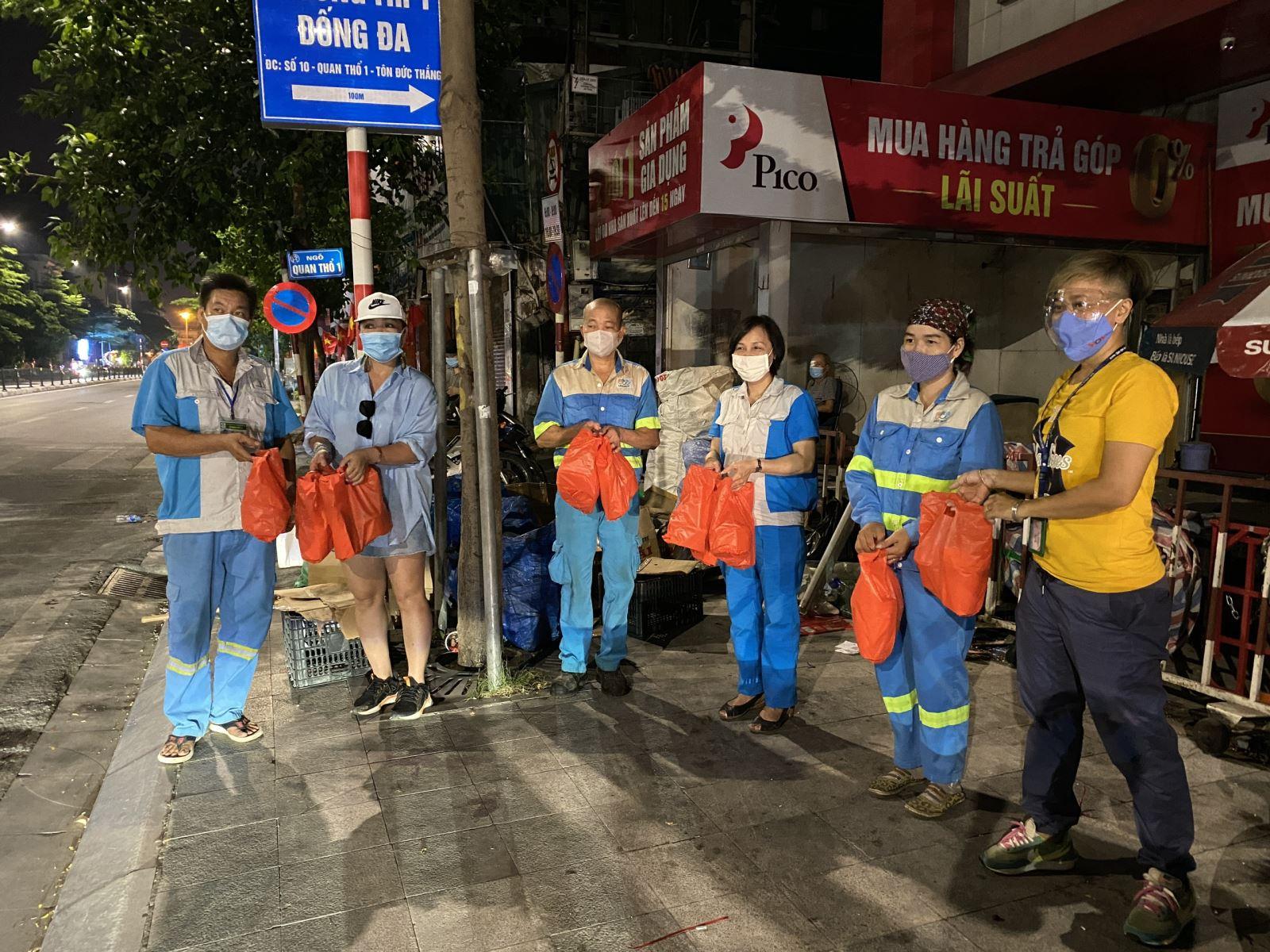 [Hình ảnh]  Sự động viên đúng lúc đã xua tan nỗi vất vả, mệt nhọc của những người công nhân đang ngày đêm làn sạch, đẹp thành phố.