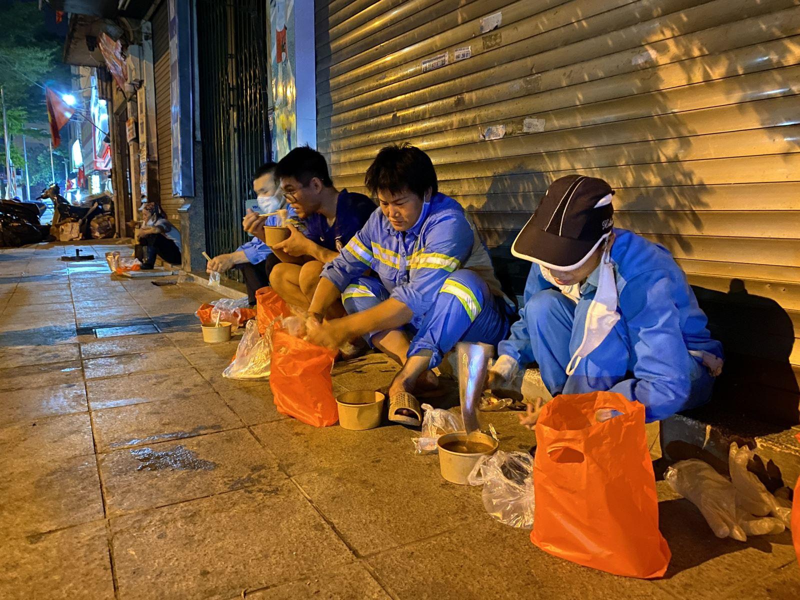 [Hình ảnh]  Sự động viên đúng lúc đã xua tan nỗi vất vả, mệt nhọc của những người công nhân đang ngày đêm làn sạch, đẹp thành phố.  Những bát phở ấm tình người đã được trao cho các công nhân môi trường một cách đầy trân trọng.