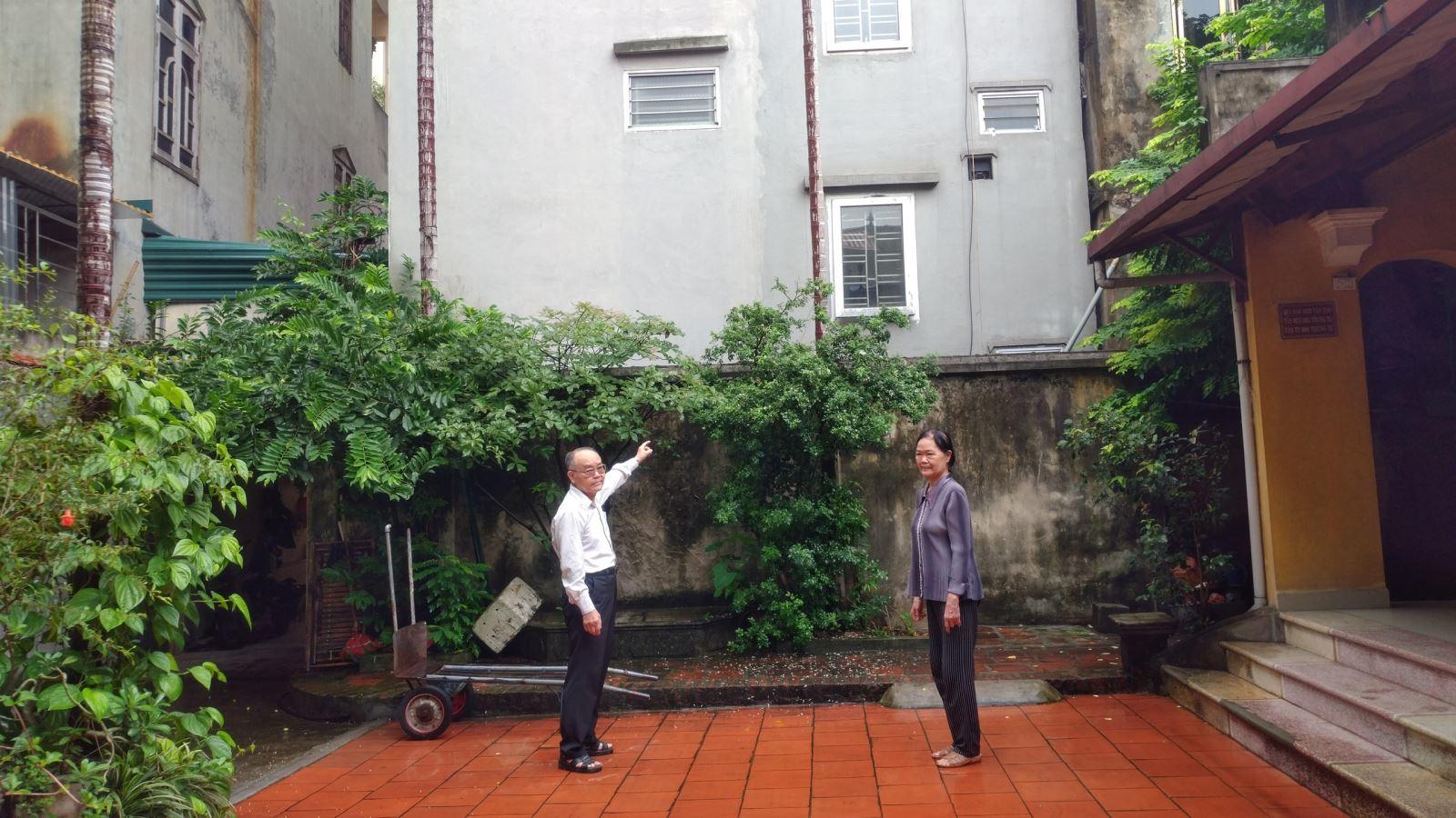 UBND xã Ninh Hiệp bán đất trái thẩm quyền cho cụ Đính cách hậu Điếm 4m (tức cánh tường nhà ông Tiệm là 4m) nhưng thực tế bà Minh (con gái cụ Đính) đã cho xây dựng nhà sát tường khu nhà thờ của gia đình ông Tiệm.