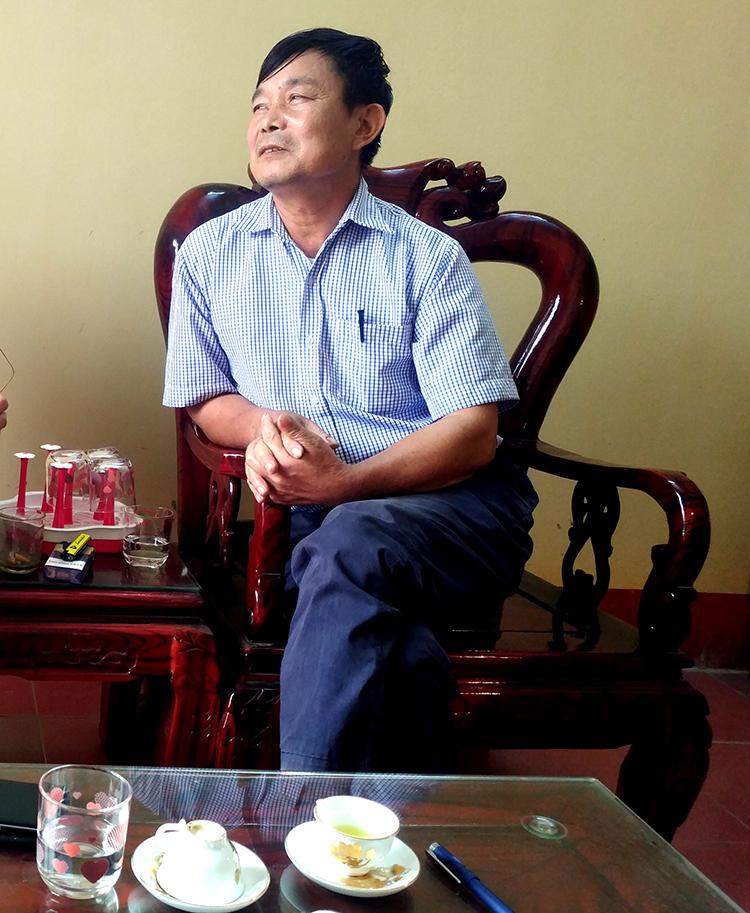 Ông Nguyễn Tiến Thích đang quanh co trước những câu hỏi của nhiều nhà báo về việc lừa dối bán cả đất Kênh mương - Thủy lợi cho dân