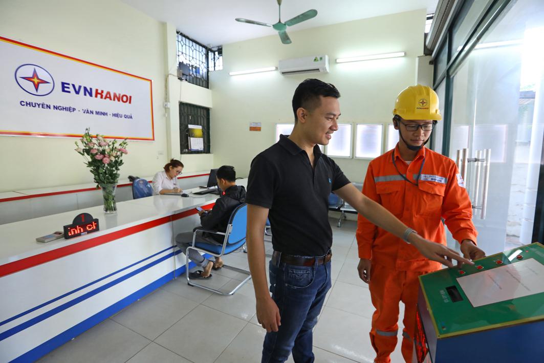 Nhân viên EVNHANOI giải đáp những kiến nghị của khách hàng