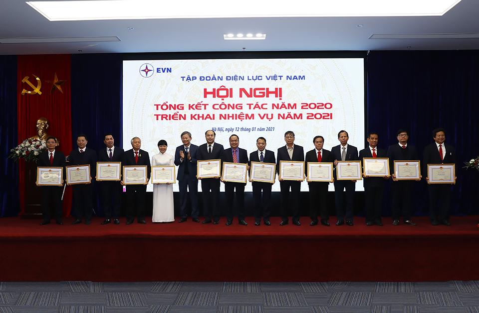 Tổng Giám đốc EVN Trần Đình Nhân trao tặng Bằng khen của Tập đoàn cho những tập thể hoàn thành xuất sắc nhiệm vụ năm 2020.