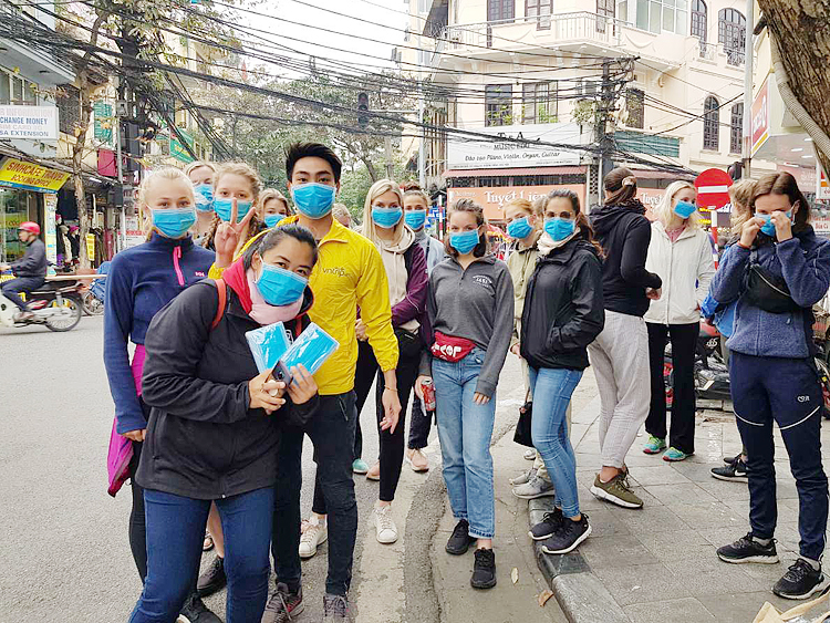 Phát khẩu trang phòng chống dịch cúm do vi rut Covid-19 cho du khách tại Hà Nội