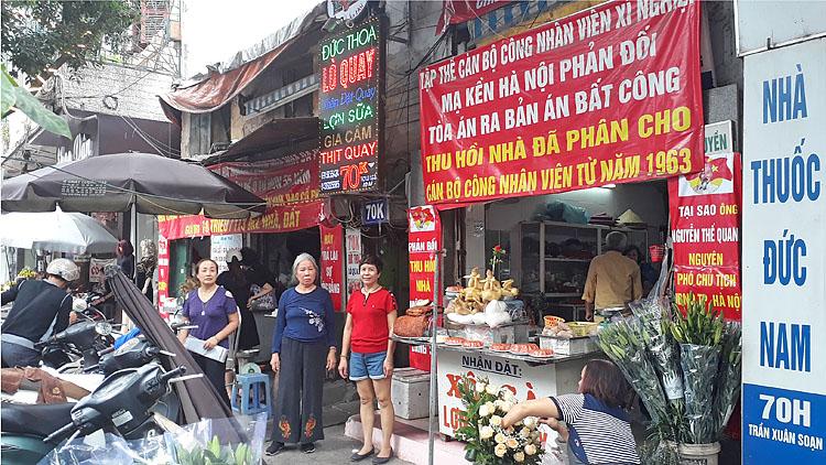 4 hộ dân tại địa chỉ 70D Trần Xuân Soạn cho rằng, tòa phán quyết họ phải trả lại nhà cho Công ty Cổ phần Cơ kim khí Hà Nội là không thỏa đáng. Ảnh: T.C