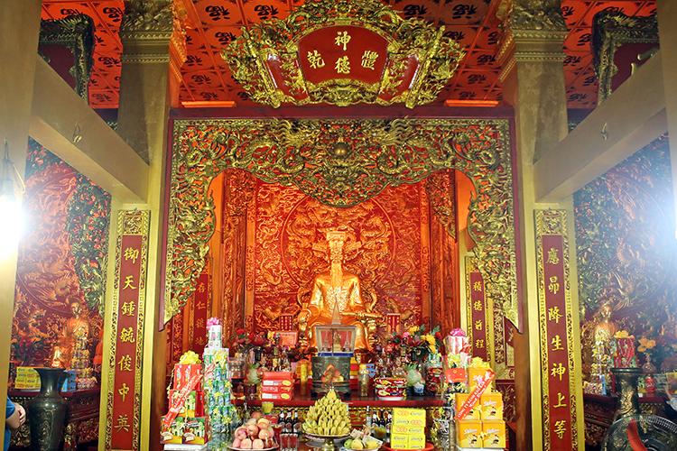 Bàn thờ Trần Hoằng Nghị trong gia chính Đền thờ họ Trần Việt Nam (Đền Nhà Ông) tại thôn Phương La. Ảnh: T.C