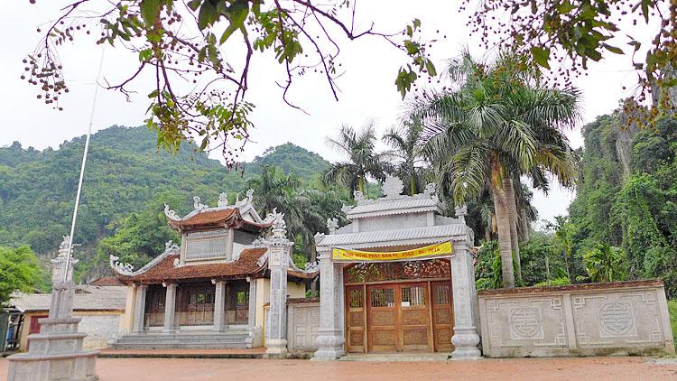 Tam quan một ngôi chùa trong quần thể danh thắng Hương Sơn được xây mới thêm 1 tam quan khác liền kề (bên phải). Ảnh: T.C