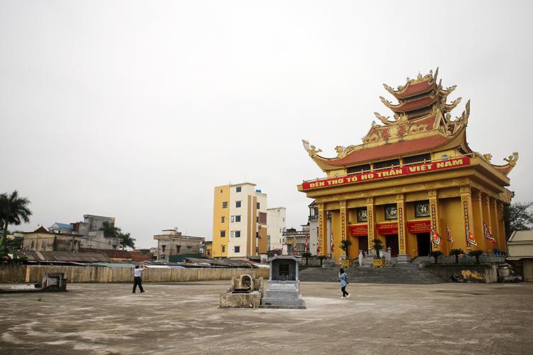 """Ngôi đền thờ ở thôn PhươngLa được gán biển hiệu """"Đền thờ tổ họ Trần Việt Nam"""". Ảnh: T.C"""