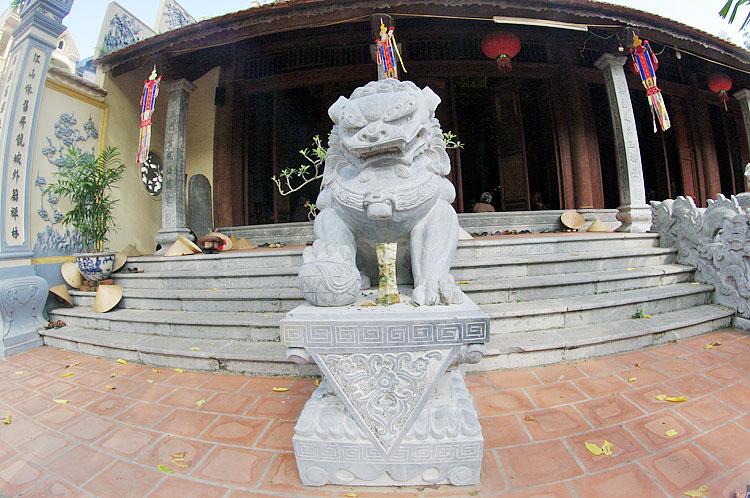 Linh vật lạ được đưa vào không gian chùa Việt. Ảnh: T.C
