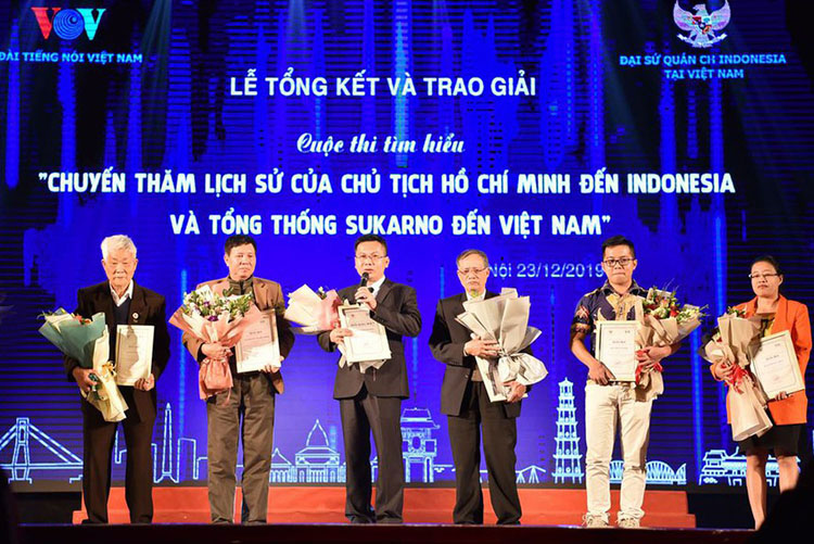 Các tác giả đoạt giải của cuộc thi. Ảnh: T.C