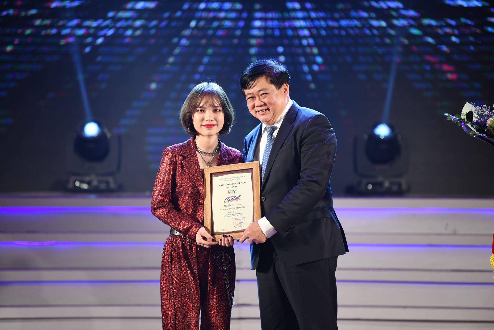 Tổng Giám đốc Đài TNVN Nguyễn Thế Kỷ trao giải Nhất cuộc thi cho Nguyễn Ngọc Anh. Ảnh: T.C