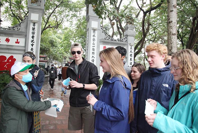 Câu lạc bộ Lữ hành Unesco phát khẩu trang miễn phí cho du khách tại Đền Ngọc Sơn, Hà Nội