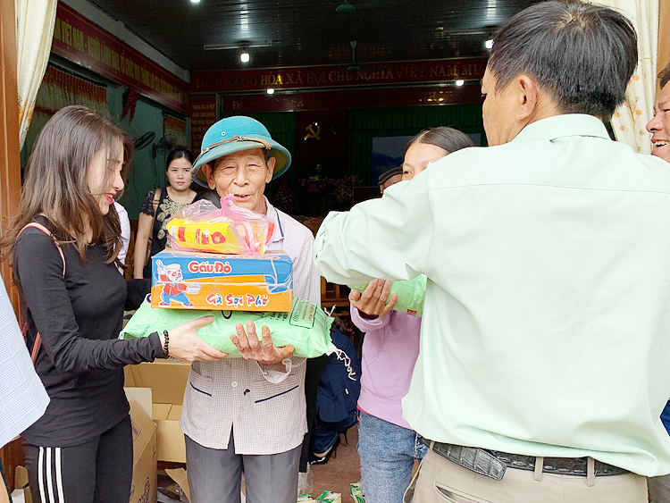 Phát quà cứu trợ người dân tại xã Gio Sơn, huyện Vĩnh Linh, tỉnh Quảng Trị. Ảnh: Tâm An