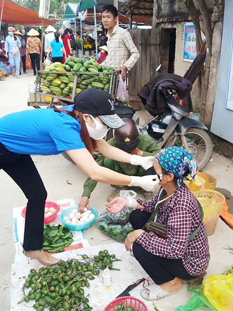 Đoàn viên thanh niên phát và đeo khẩu trang cho từng người dân tại các chợ, khu dân cư...
