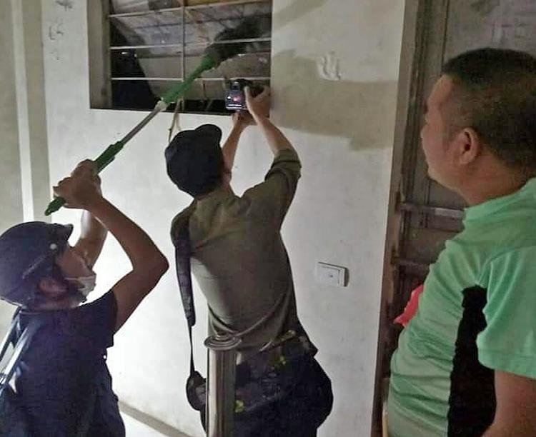 Nhà báo Nguyễn Ngân (đội mũ) hỗ trợ đồng nghiệp tác nghiệp tại hiện trường vụ cháy Công ty Rạng Đông.